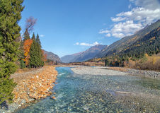 Fiume Caucaso del nord russo della montagna del paesaggio di autunno Fotografie Stock Libere da Diritti