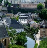 Fiume che attraversa una città, Alzette, Lussemburgo Immagini Stock Libere da Diritti