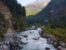 Fiume che attraversa una valle himalayana Fotografia Stock Libera da Diritti