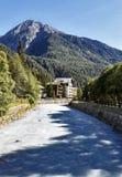 Fiume che passa una valle alpina ripida Immagine Stock