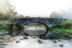 Fiume che scorre sotto il ponte - piccolo ponte immagini stock