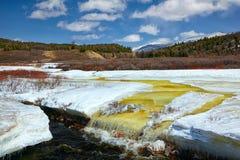 Fiume Chibitka sopra ghiaccio alla primavera Fotografie Stock Libere da Diritti