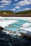 Fiume Chibitka sopra ghiaccio alla primavera Immagine Stock