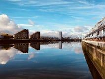 Fiume clyde nella riflessione dell'acqua di Glasgow immagini stock libere da diritti