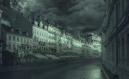 Fiume con Karlovy Vary in repubblica Ceca fotografia stock libera da diritti