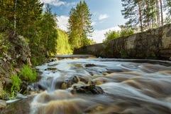 Fiume con la corrente rapida di estate, Fotografia Stock