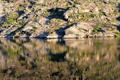 Fiume con la riflessione dell'acqua ed uomo in kajak Rocce, vegetazione e colori, luce di tramonto Ezaro, Galizia, Spagna immagine stock libera da diritti