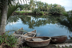 Fiume con le barche di bambù tradizionali nel Vietnam Fotografia Stock