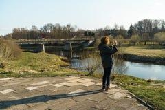 Fiume con un ponte nel backround in Sabile, Lettonia immagini stock libere da diritti