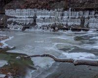 Fiume congelato con i ghiaccioli sulla cresta fotografie stock libere da diritti