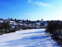 Fiume congelato in inverno Il ghiaccio ha incatenato l'acqua del fiume La natura del Nord Dettagli e primo piano fotografie stock libere da diritti