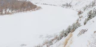 Fiume coperto di ghiaccio Don con un'alta banca ripida Paesaggio di inverno Immagini Stock Libere da Diritti