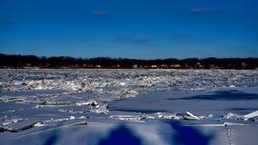 Fiume coperto di mucchi dei frantumi del ghiaccio fotografie stock libere da diritti