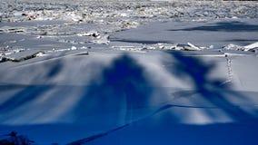 Fiume coperto di mucchi dei frantumi del ghiaccio immagine stock libera da diritti