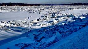 Fiume coperto di mucchi dei frantumi del ghiaccio fotografie stock