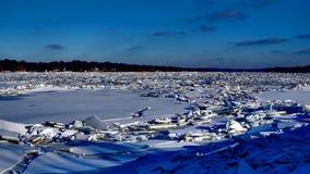 Fiume coperto di mucchi dei frantumi del ghiaccio fotografia stock libera da diritti