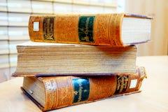 Fiume, Croacia, el 14 de febrero de 2018 Libros viejos del vintage en el catálogo de la tabla y de biblioteca en el fondo Imagenes de archivo