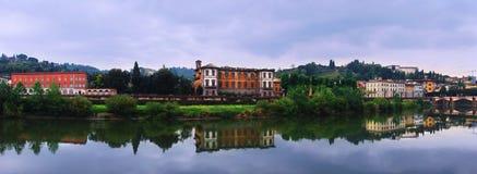 Fiume del Arno con le riflessioni a Firenze. Fotografia Stock Libera da Diritti