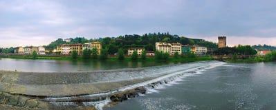Fiume del Arno e vecchia torretta a Firenze. Immagini Stock