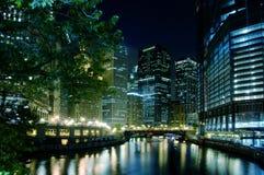 Fiume del Chicago alla notte Immagine Stock