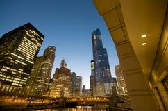 Fiume del Chicago alla notte Immagini Stock Libere da Diritti