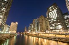 Fiume del Chicago alla notte Fotografie Stock Libere da Diritti
