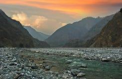 Fiume del cielo e della montagna di sera in Himalaya Fotografia Stock