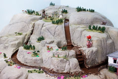 fiume del cioccolato che scorre giù la montagna Immagine Stock