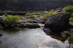 Fiume del Da Nhim nel Vietnam con il fiume vicino alla montagna e la foresta tropicale nel periodo di siccità con roccia sul lett Fotografia Stock Libera da Diritti