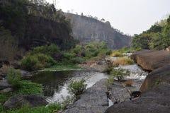 Fiume del Da Nhim nel Vietnam con il fiume vicino alla montagna e la foresta tropicale nel periodo di siccità con roccia sul lett Fotografia Stock
