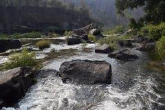 Fiume del Da Nhim nel Vietnam con il fiume vicino alla montagna e la foresta tropicale nel periodo di siccità con roccia sul lett Immagine Stock Libera da Diritti