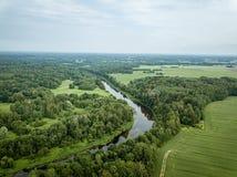 fiume del paese nell'immagine aerea del fuco verde della foresta immagine stock libera da diritti
