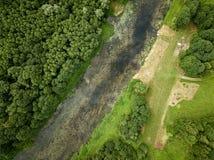 fiume del paese nell'immagine aerea del fuco verde della foresta immagini stock libere da diritti