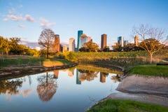 Fiume del ramo paludoso di fiume con gli orizzonti del centro di Houston fotografie stock