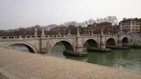 Fiume del Tevere con il ponte di angelo a Roma, Italia Immagini Stock Libere da Diritti