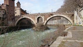 Fiume del Tevere con un ponte antico a Roma, Italia Fotografie Stock