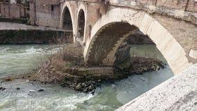 Fiume del Tevere con un ponte antico a Roma, Italia Fotografia Stock