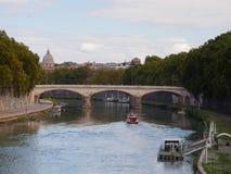 Fiume del Tevere e ponte di Umberto Immagine Stock