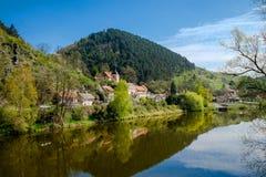 Fiume del villaggio Karlstein e di Berounka, repubblica Ceca Fotografia Stock Libera da Diritti