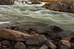 Fiume dell'acqua bianca all'indicatore luminoso caldo di tramonto fotografia stock libera da diritti