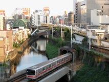 Fiume dell'incrocio del treno della metropolitana in una delle zone centrali di Tokyo Fotografia Stock Libera da Diritti