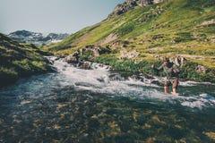 Fiume dell'incrocio dell'uomo del viaggiatore all'escursione all'aperto di vacanze estive di avventura di concetto di stile di vi Fotografia Stock