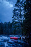 Fiume della Carelia nella notte fotografia stock