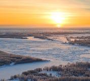 Fiume della foresta durante il tramonto freddo di inverno, vista superiore Fotografie Stock Libere da Diritti