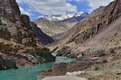 Fiume della gola delle alte montagne: fra il colore scorrente dell'acquamarina delle alte rocce, sui ghiacciai dei picchi, nei cu Fotografia Stock