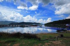 Fiume della località di soggiorno del cielo blu della nuvola del lago della località di soggiorno della zattera immagini stock