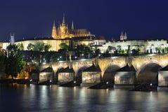 Fiume della Moldava, Charles Bridge e st Vitus Cathedral alla notte Immagini Stock