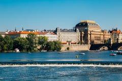 Fiume della Moldava e del teatro nazionale a Praga, ceca Immagine Stock Libera da Diritti