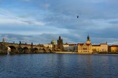 Fiume della Moldava e ponti, Praga Fotografie Stock