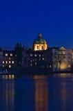 Fiume della Moldava   Nocni Praga di Prag di notte Fotografia Stock Libera da Diritti